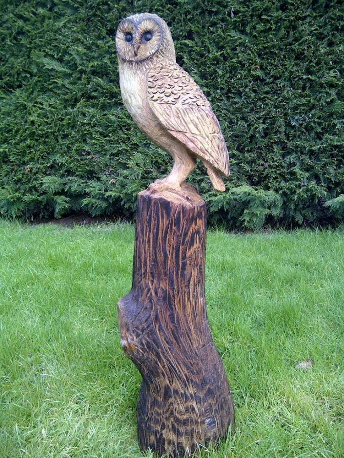 Chainsaw Artist Gallery | A large sculpture of a Barn Owl perched on a tree stump